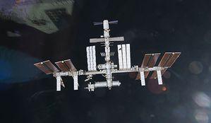 Les astronautes découvrent un impact dans un panneau solaire de l'ISS 4highres_00000402743447