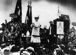 La proletaria, de Rosa Luxemburgo - texto breve escrito en 1914 Rosa20luxemburg20ad20una20manifestazione3
