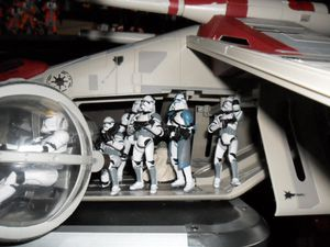 Collection n°182: janosolo kenner hasbro - Page 3 Clone-attack-on-coruscant-in-gunship--2-