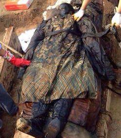 Une momie chinoise devenue entièrement noire quelques heures après sa découverte L-un-des-trois-corps-retrouves-en-chine-etait-dans-un-etat-