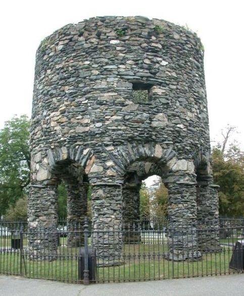 Découverte d'une grotte de 700 ans utilisée par les Templiers Tour-de-newport-3