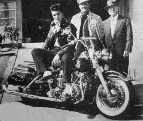 Vieilles photos (pour ceux qui aiment les anciennes photos de bikers ou autre......) - Page 4 Harley-davidson--1957