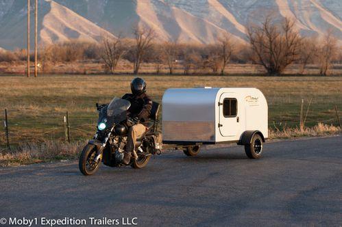 Une caravane qui peut transporter une moto,vous connaissez? PAG_9710
