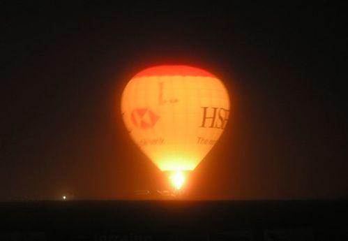 2011: le 10/12 à 23h30 - Boules lumineuses - Sion (Suisse)  Ballon-nuit1