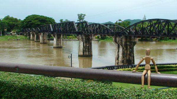 23 - Les ponts G092-Bobby-devant-le-pont-de-la-riviere-Kwai