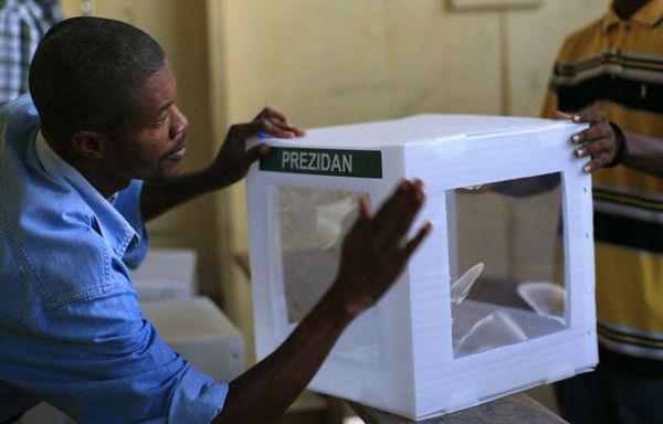 JEAN ERICH RENÉ S'ADRESSE AUX PARLEMENTAIRES TÊTUS Sem96-Z18-Elections-Haiti