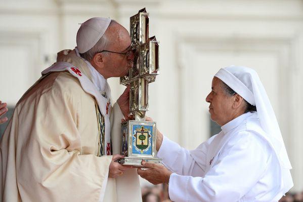 """Les """"religions"""" de Babylone la Grande. Pape-Francois-baiser-au-Crucifie-parousie.over-blog.fr"""