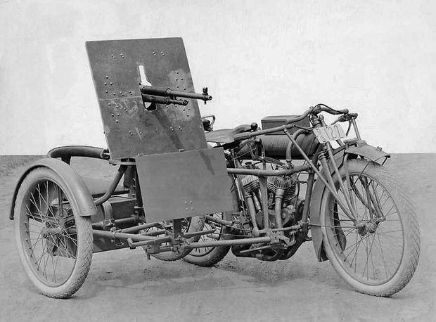Les SIDE-CAR HARLEY et INDIAN Indian-side-blinde-mitrailleuse