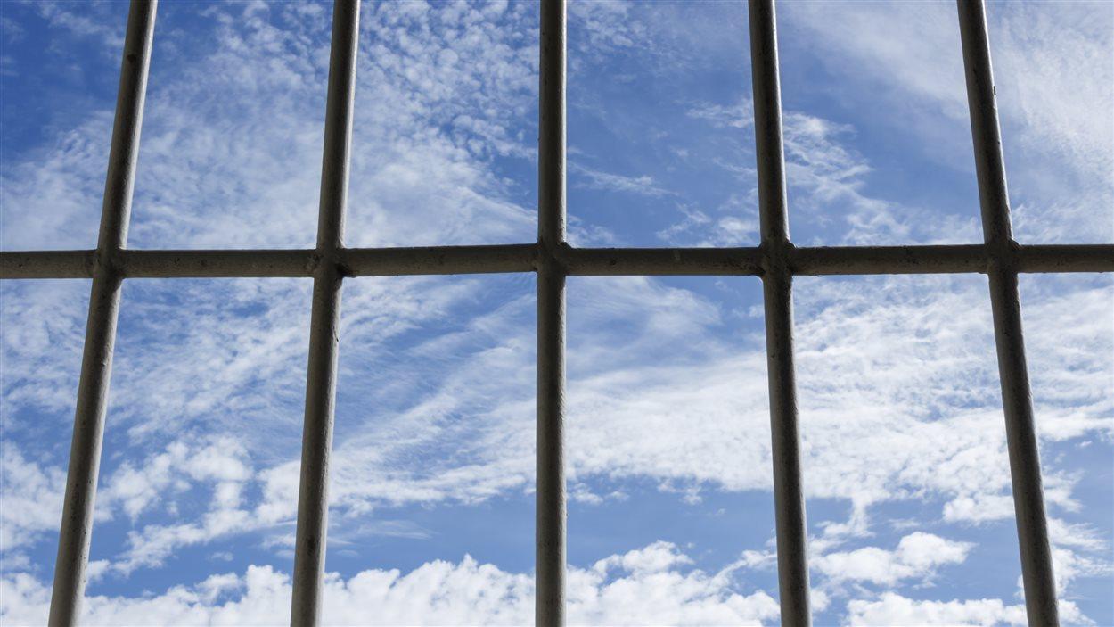 [Jeu] Association d'images - Page 20 150609_le3wr_prison-barreaux-ciel_sn1250