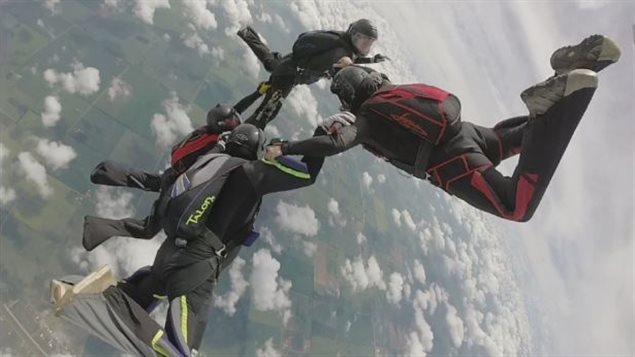 Un parachutiste meurt lors d'une compétition 160814_ac1w9_parachutisme-edmonton_sn635