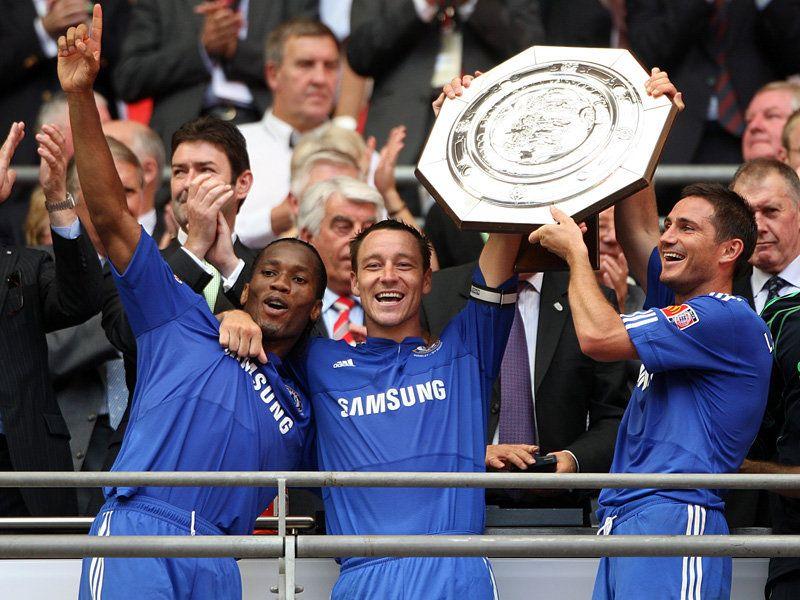 [Community Shield] Manchester United - Chelsea - Page 2 Chelsea-v-Manchester-United-Blues-lift-Commun_2345676