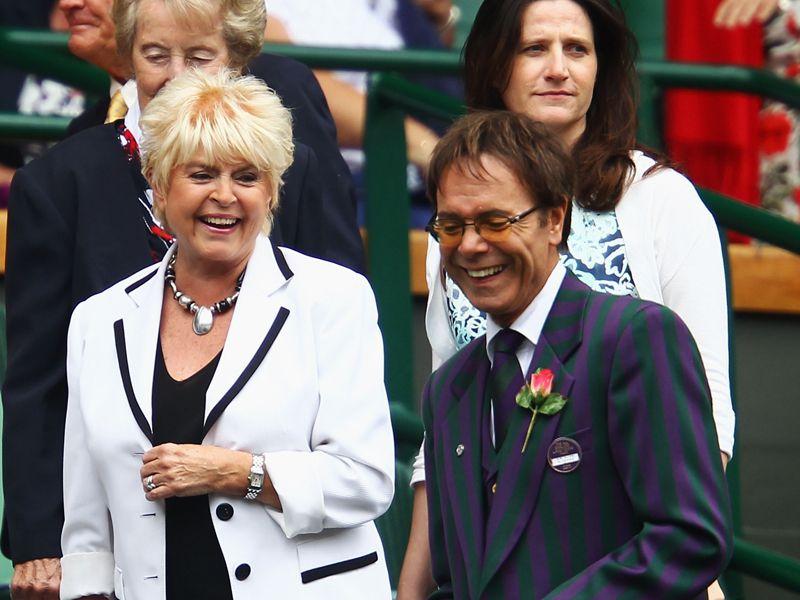تغطيه بطوله ويمبلدون 2011 - صفحة 2 Gloria-Hunniford-Cliff-Richard-Wimbledon-2011_2615945