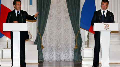 ! SARKOZY : UN AGENT DE LA CIA A LA PRESIDENCE FRANCAISE ! - Page 2 AFP_080812sarkozy-medvedev_8