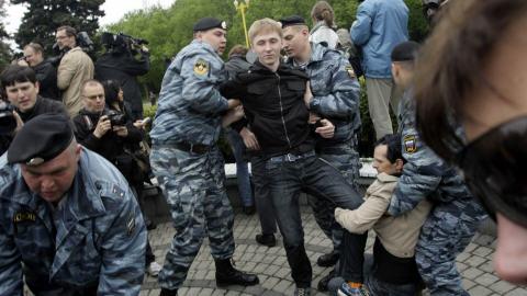 Niet, niet, polis Moskou kraze yon manifestasyon masisi, kalot , kout pye,fouke PC_090516moscou-arrestation-gais_8