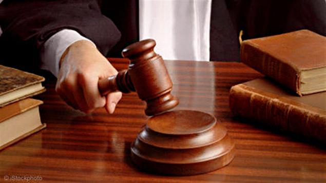 """Etats-Unis: une juge refuse qu'un enfant s'appelle """"Messie""""... 110220_o6r04_juge-marteau_sn635"""