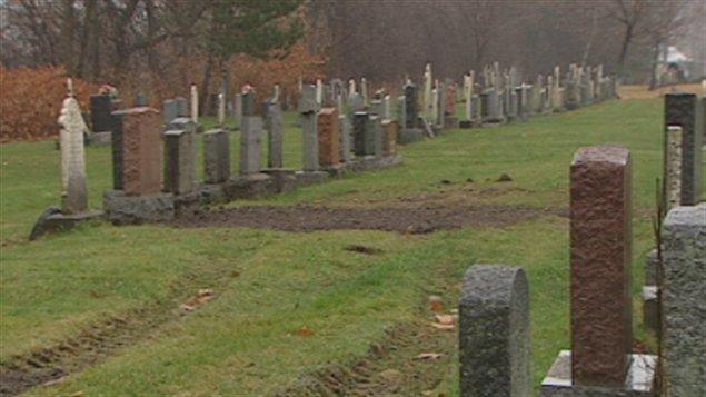 Profanation au salon funéraire et dans les cimetières au Québec 111130_uv7et_cimetiere_pierres_tombales_sn635