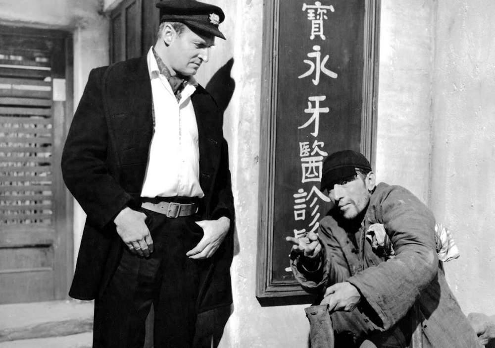 Mort de Christopher Lee : Retour sur la carrière riche et exceptionnelle de l'acteur anglais Direction-l-asie-pour-un-film-ou-il-incarne-le-chef-du-clan-tongs