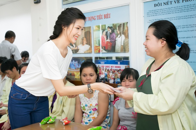 Hoa hậu Thùy Dung tặng quà trung thu cho bệnh nhân nhi Hoahauthuydung4