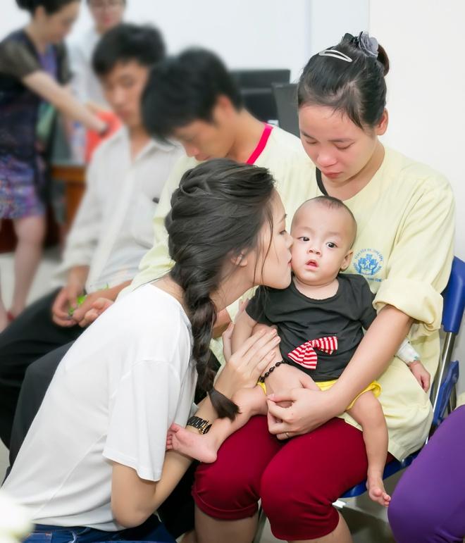 Hoa hậu Thùy Dung tặng quà trung thu cho bệnh nhân nhi Hoahauthuydung5