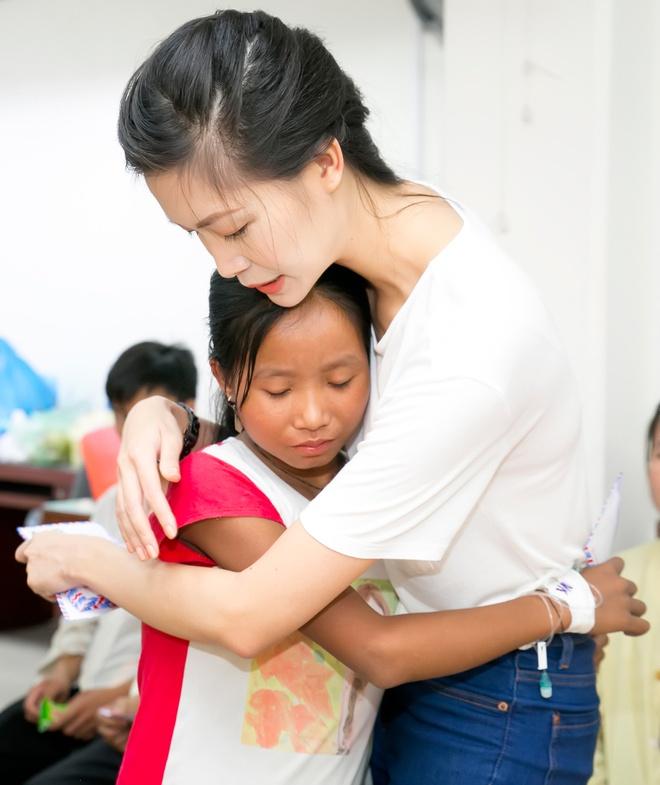 Hoa hậu Thùy Dung tặng quà trung thu cho bệnh nhân nhi Hoahauthuydung6