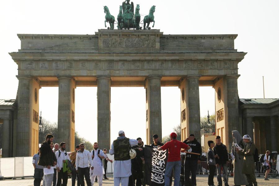 """Deutscher Islamist ruft zur Tötung """"Ungläubiger"""" auf Salafisten-demonstrieren-in-Berlin"""