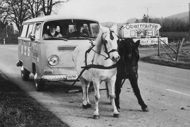 Interesante me fantazi Oelkrise-1973-Pferde-ziehen-ein-Auto