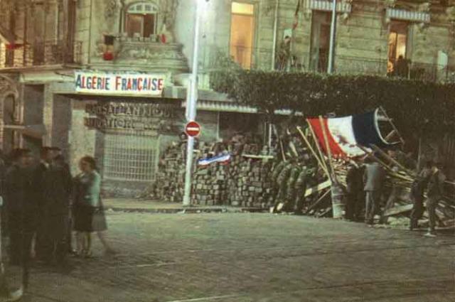 Une petite histoire par jour (La France Pittoresque) - Page 2 Barricades-53d5bac