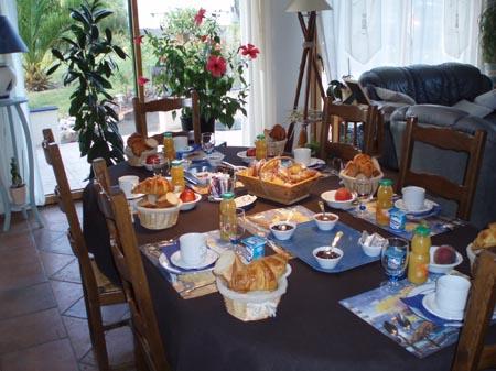 bonjour bonsoir du mois d'aout - Page 3 La_table_du_petit_dejeuner-2--d96e0e
