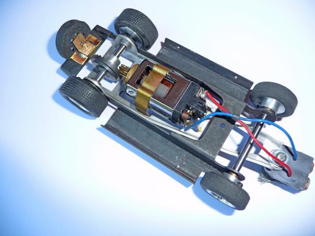 LOLA T70 au 1/32 et chassis COX P1080706-1--40c8417