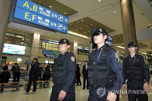 رفع درجة الأمن المطار إلى أعلى الدرجة خلال المؤتمر الأمن النووي في سيئول.  PYH2012032000180088500_P2