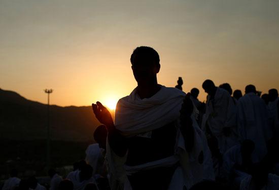"""بالصور .. الحجاج المصريون يرفعون علم مصر أعلى جبل الرحمة بـ""""عرفات"""" 19327-3"""