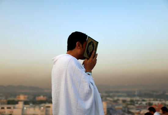 """بالصور .. الحجاج المصريون يرفعون علم مصر أعلى جبل الرحمة بـ""""عرفات"""" 23261-4"""