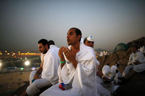 """بالصور .. الحجاج المصريون يرفعون علم مصر أعلى جبل الرحمة بـ""""عرفات"""" 35560-9"""