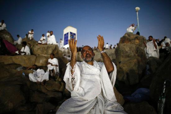 """بالصور .. الحجاج المصريون يرفعون علم مصر أعلى جبل الرحمة بـ""""عرفات"""" 38076-11"""