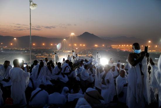 """بالصور .. الحجاج المصريون يرفعون علم مصر أعلى جبل الرحمة بـ""""عرفات"""" 38486-1"""