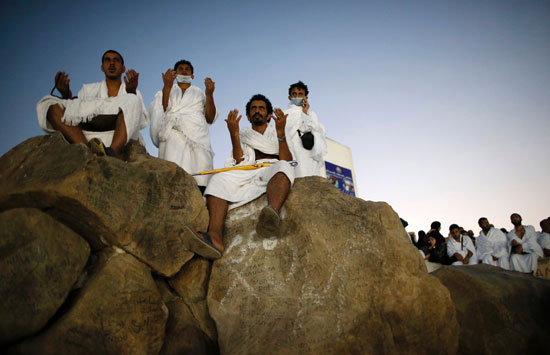 """بالصور .. الحجاج المصريون يرفعون علم مصر أعلى جبل الرحمة بـ""""عرفات"""" 40142-8"""