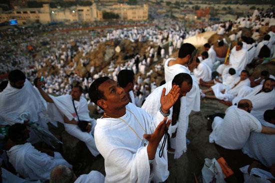 """بالصور .. الحجاج المصريون يرفعون علم مصر أعلى جبل الرحمة بـ""""عرفات"""" 59933-16"""