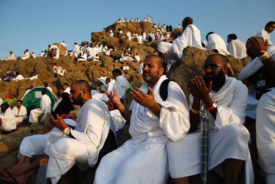 """بالصور .. الحجاج المصريون يرفعون علم مصر أعلى جبل الرحمة بـ""""عرفات"""" 64378-14"""