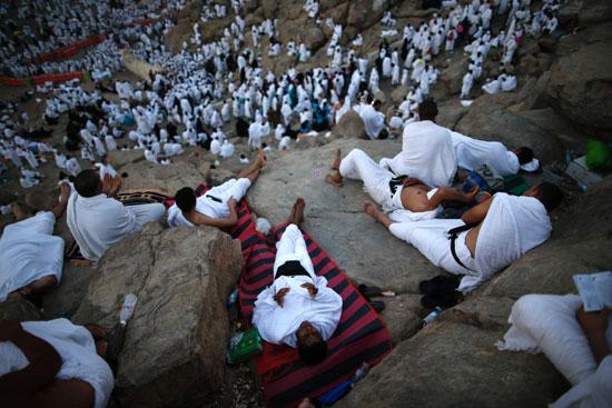 """بالصور .. الحجاج المصريون يرفعون علم مصر أعلى جبل الرحمة بـ""""عرفات"""" 68028-12"""