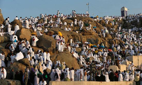 """بالصور .. الحجاج المصريون يرفعون علم مصر أعلى جبل الرحمة بـ""""عرفات"""" 78805-7"""