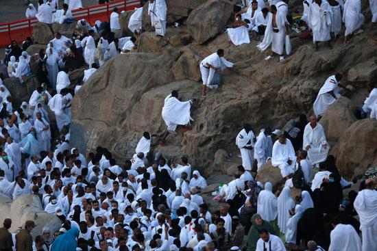 """بالصور .. الحجاج المصريون يرفعون علم مصر أعلى جبل الرحمة بـ""""عرفات"""" 81249-6"""