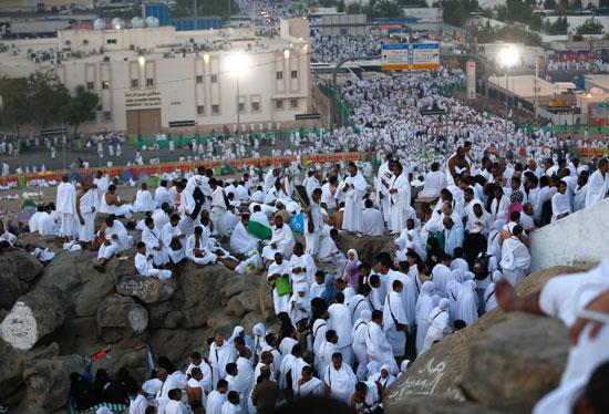 """بالصور .. الحجاج المصريون يرفعون علم مصر أعلى جبل الرحمة بـ""""عرفات"""" 82091-15"""
