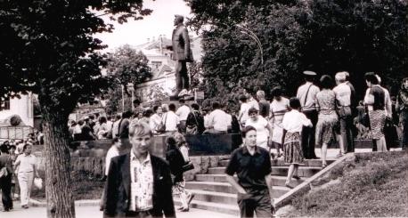 Воспоминания участников. История воздвижения крестов вместо свергнутых монументов Свердлову и Дзержинскому. 55400549_PAMYATNIK_SVERDLOVU__OBSCHIY_VID