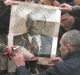 Воспоминания участников. История воздвижения крестов вместо свергнутых монументов Свердлову и Дзержинскому. 55400688_SOZHZHENIE_PORTRETA_LENINA