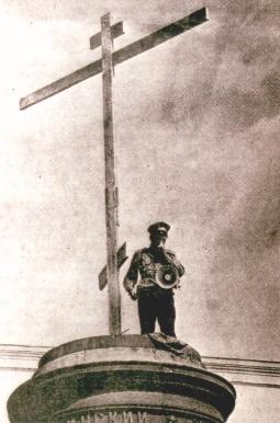 Воспоминания участников. История воздвижения крестов вместо свергнутых монументов Свердлову и Дзержинскому. 55400965_KAZAK_S_MEGAFONOM__27_IYULYA_1992