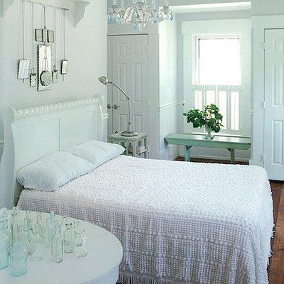 Голубой,бирюзовый,синий в декоре 63012412_White_bedroom__ann_butler__city_sage