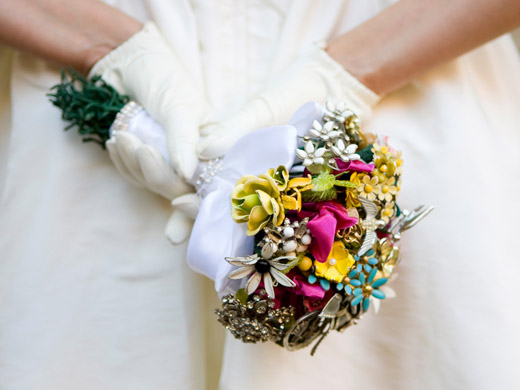 Свадебные букеты из винтажных украшений. 76389662_3437689_17fantasyfloraldesigns_1_