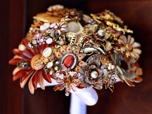 Свадебные букеты из винтажных украшений. 76389666_3437689_18fantasyfloraldesigns