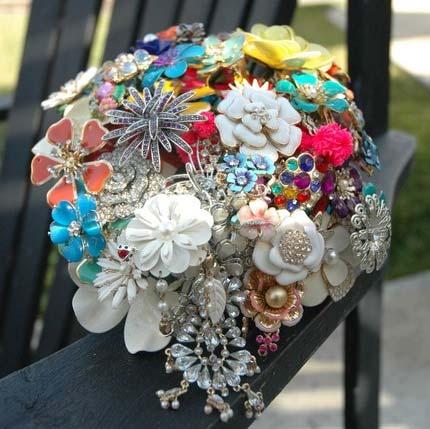 Свадебные букеты из винтажных украшений. 76389672_3437689_nonfloralbouquet83