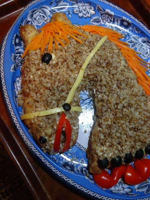 Фотоподборка оригинально оформленных новогодних салатов 108568586_loshad_retsept_7